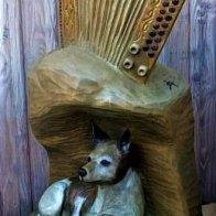 Skulbtur mit Laska und Harmonika am Hauseingang von Gert & Erna